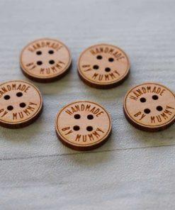 Boutons personnalisés en bois massif et vernis pour sublimer vos articles tricotés ou cousus.